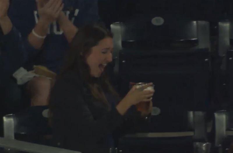 Во время матча бейсбольный мяч угодил в стакан болельщицы