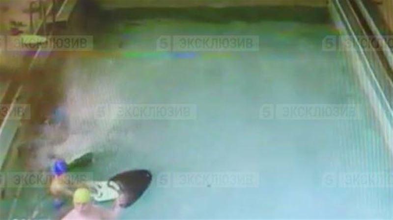 Момент обрушения потолка в детском бассейне попал на видео