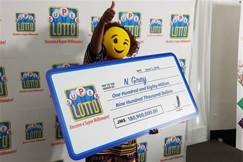 Победительница лотереи явилась за своими миллионами в маске-смайлике