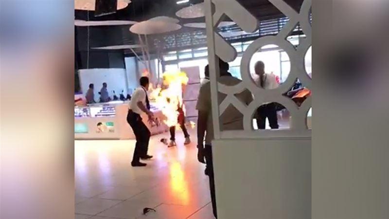 ВИДЕО: Парень внезапно загорелся во время прогулки по ТЦ