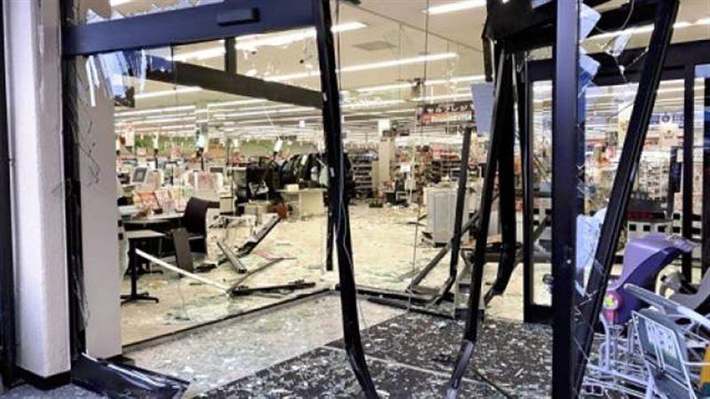 СМИ: В Японии автомобиль протаранил супермаркет, ранены 14 человек