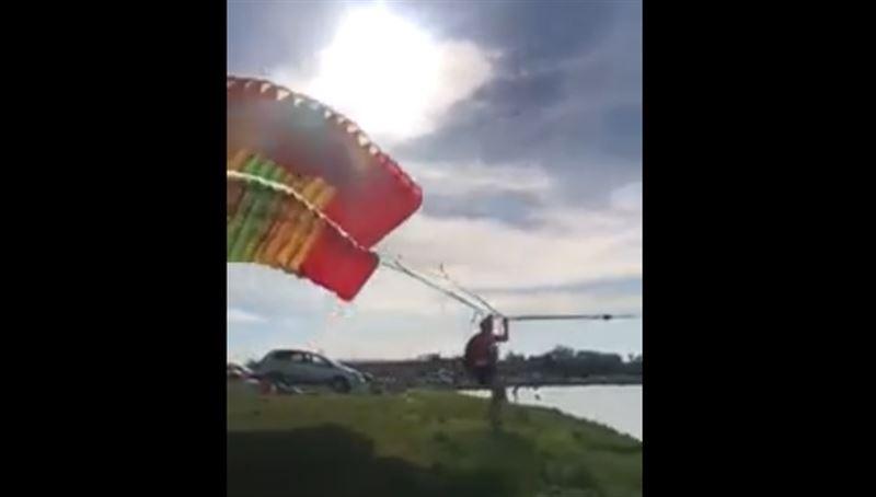 Гибель майора полиции во время полета на параплане попала на видео