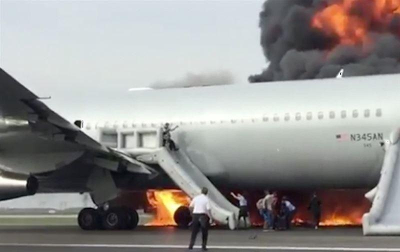 Пассажирский самолёт загорелся в аэропорту Франкфурта