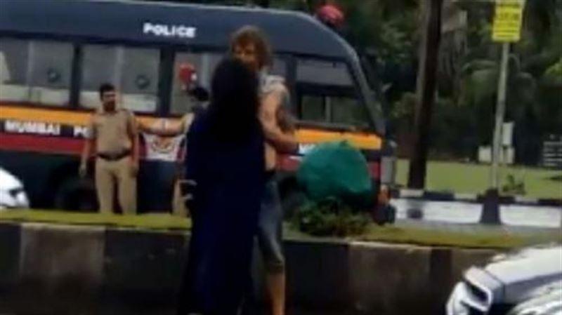 Полицейские задержали туриста за сексуальные игры с девушкой на улице в Мумбаи