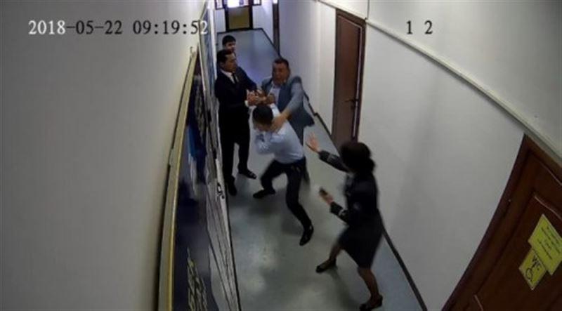 В Сети опубликовано видео драки начальника вокзала Тараза со своим заместителем