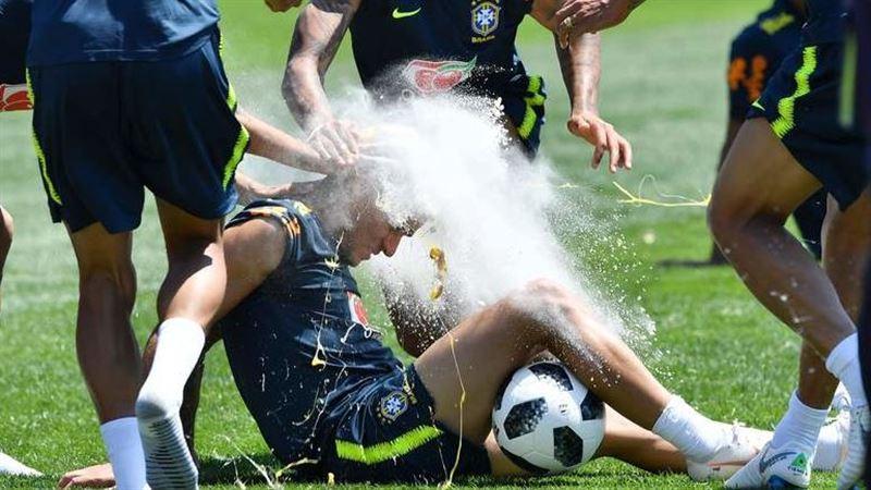 ВИДЕО: Неймар с игроками сборной Бразилии разбили яйца о голову именинника
