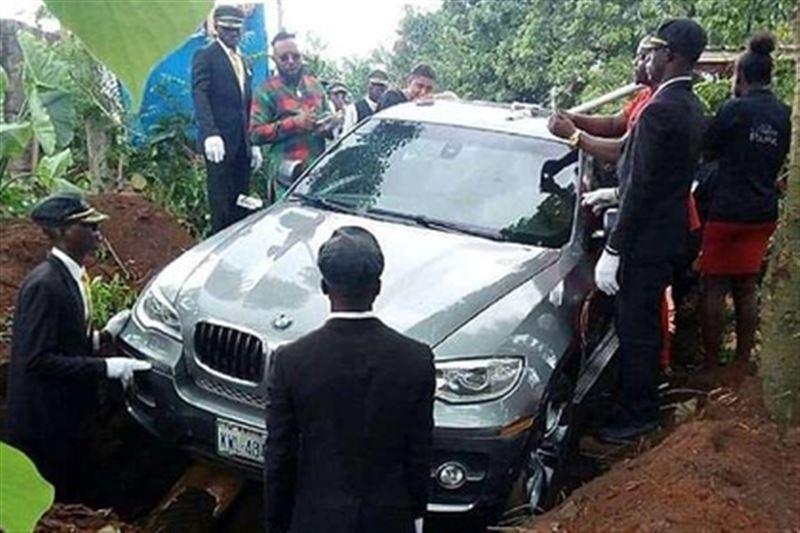 Мужчина похоронил своего отца в новом BMW вместо гроба