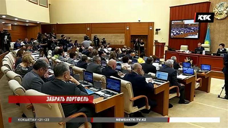 Чиновников в Казахстане может стать меньше