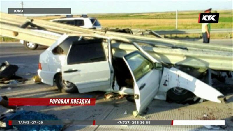 На трассе Туркестан – Шымкент ограждением насквозь прошило автомобиль