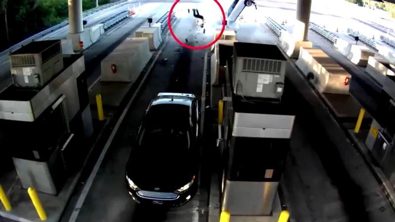 ШОК: Мужчина вылетел из машины, ехавшей на полном ходу, и остался жив