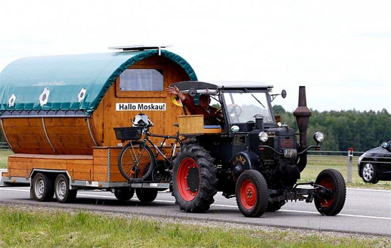 ВИДЕО: Футбол жанкүйері Германиядан Ресейге 1936 жылы шыққан трактормен жетті