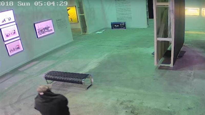 Похищение картины Бэнкси с выставки в Торонто попало на видео