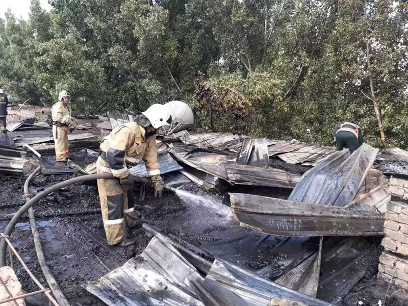 В Алматы из горящего дома эвакуированы 100 человек