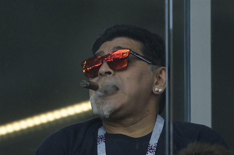 Марадона стадионда сигара тартқаны үшін кешірім сұрады