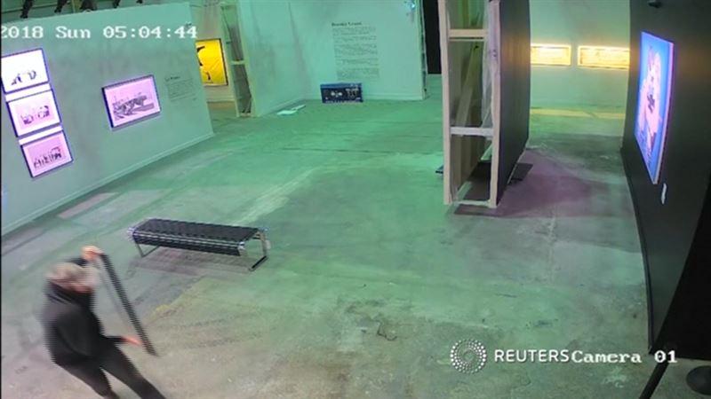 ВИДЕО: Галереядан құны 26 мың долларға бағаланған суретті ұрлап кетті