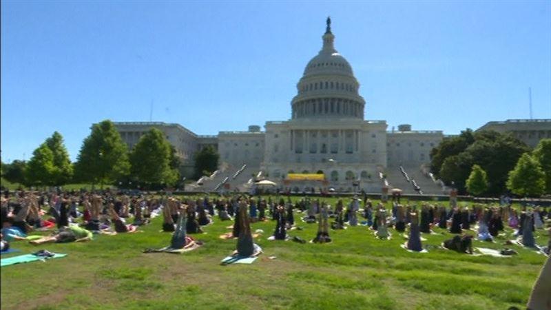 ВИДЕО: Капитолий алдында мыңдаған адам йогамен айналысты