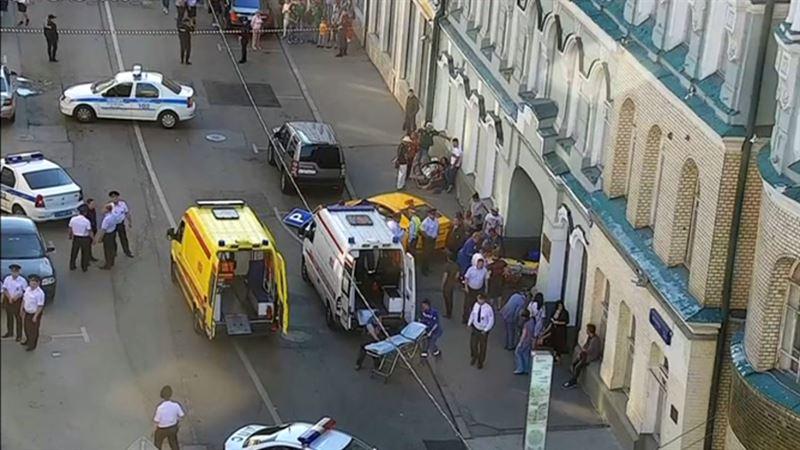ФОТО: Такси  бір топ адамды қағып кетті
