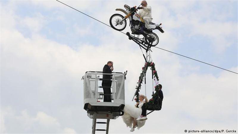 Немецкая пара обвенчалась на качелях, подвешенных на высоте 14 метров