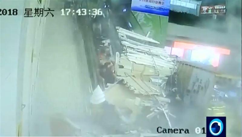 В китайском туристическом центре на людей обрушился потолок