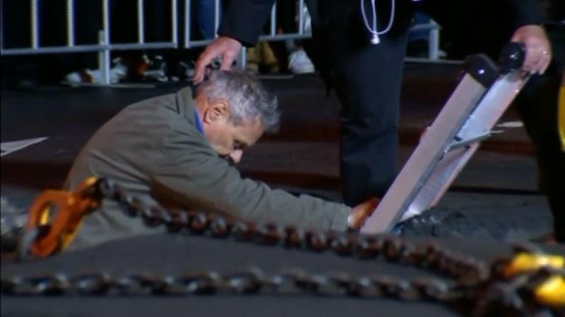 ВИДЕО: Тірідей көмілген суретші үш тәуліктен соң жер бетіне шықты