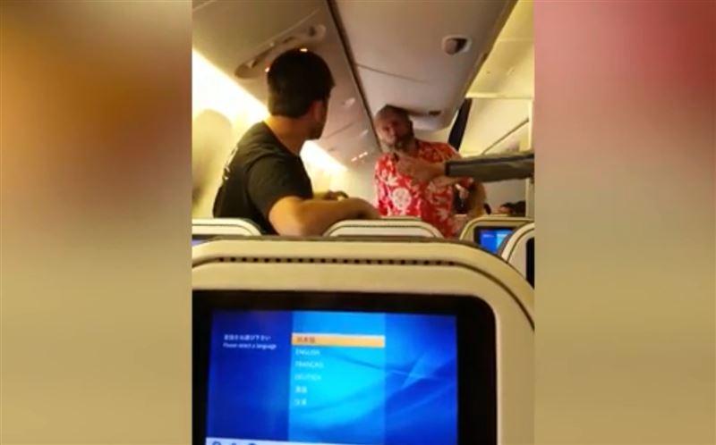 Пьяный пассажир устроил дебош в самолете перед взлетом