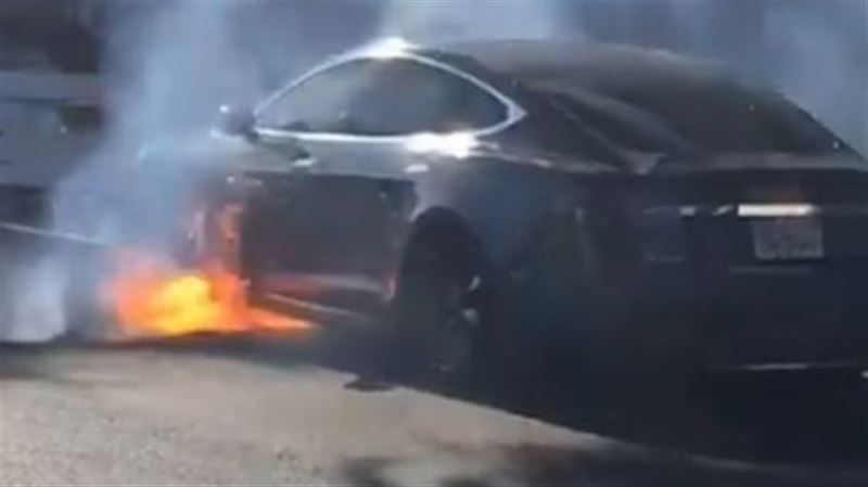 В Калифорнии загорелся на ходу электромобиль Tesla