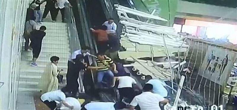 ВИДЕО: Қытайда туристердің үстіне шаңырақ құлап кетті