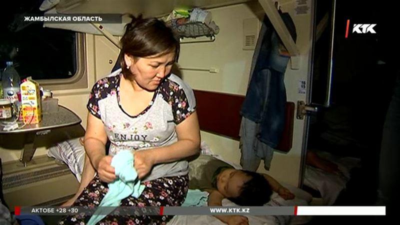 Девять часов без еды и воды провели в степи сотни пассажиров железной дороги