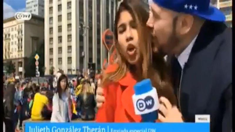 Футбольный болельщик обнял и поцеловал журналистку в прямом эфире
