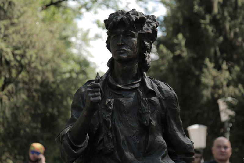 Памятник Виктору Цою появился в Алматы в честь Дня рождения исполнителя