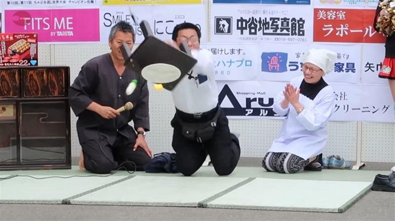 В Японии прошел чемпионат по гневному опрокидыванию столов