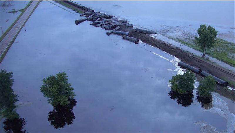 В США 32 вагона с нефтью сошли с рельсов и затопили округу