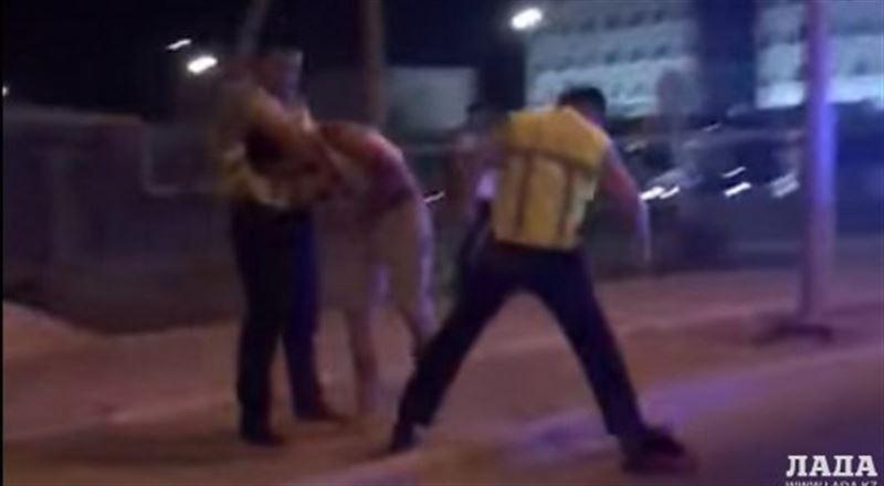 ВИДЕО: Ақтауда полицейлер жүргізушіні ұрып-соққан