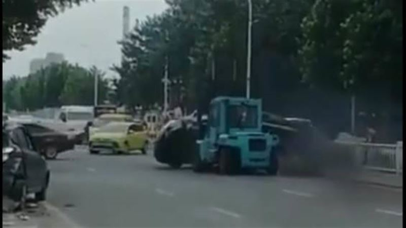 Водитель погрузчика въехал в толпу в Китае, есть жертвы