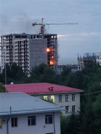 ВИДЕО: Алматыда салынып жатқан 18 қабатты пәтер отқа оранды