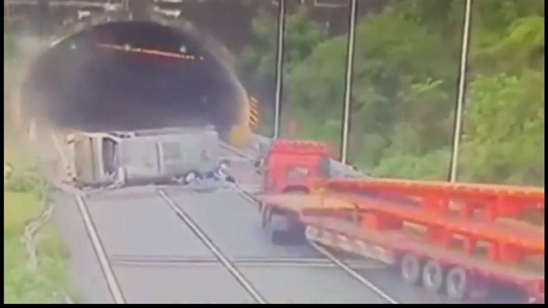 На китайской скоростной трассе перевернулся автобус, в результате чего пассажиров выбросило на дорогу