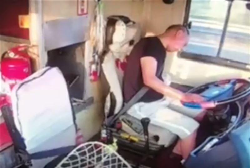 ВИДЕО: Қатты жылдамдықтан автобус жүргізушісі есінен танып қалды