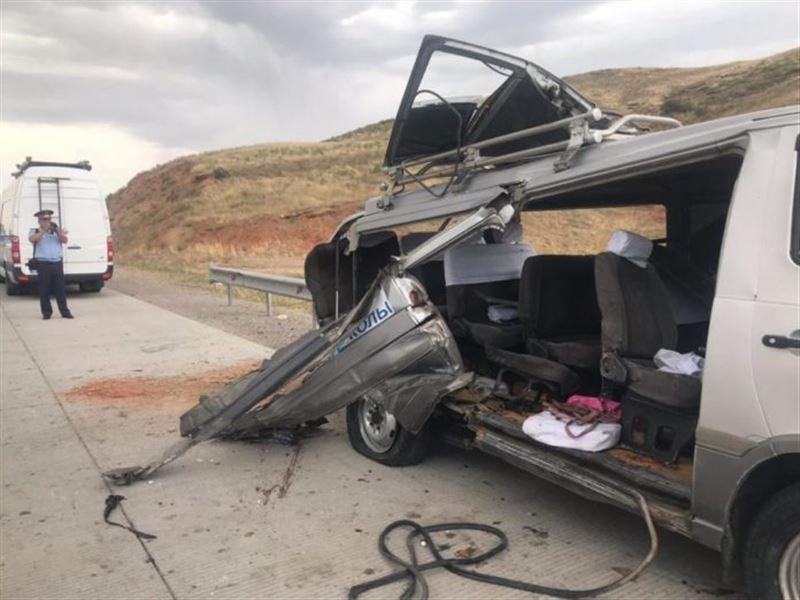 ФОТО: Түркістандағы жантүршігерлік жол апатынан 10 адам зардап шегіп, үшеуі қаза тапты