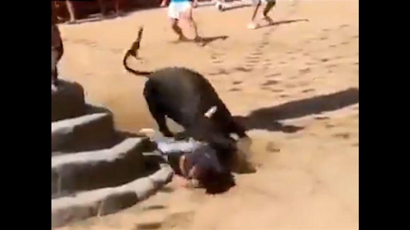 ШОК (18+): Бык насмерть затоптал мужчину на глазах у толпы