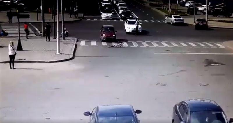 ВИДЕО: Астанадағы жарыс кезінде көлік велошабандоздарды қағып кетті