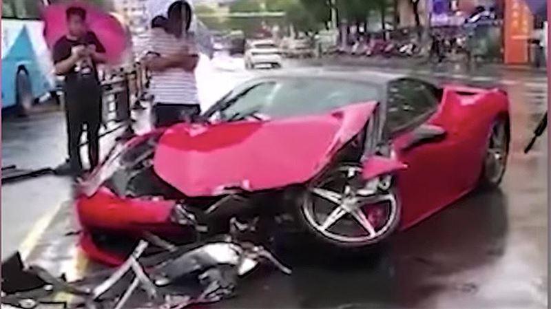 В Китае девушка разбила новый Ferrari сразу после выезда из автосалона