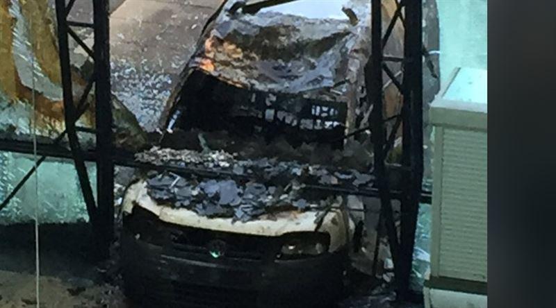 В Амстердаме фургон протаранил здание голландской газеты и загорелся