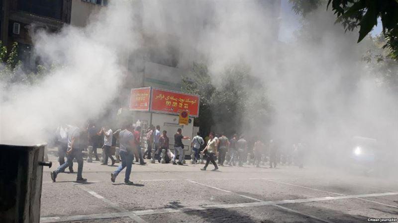ВИДЕО: Полиция митингке шыққандарға қарсы газ қолданды