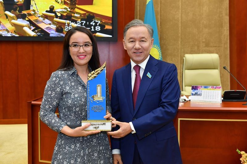 Журналист КТК Жаудiр Оразханова получила премию «Парламент сөзі»