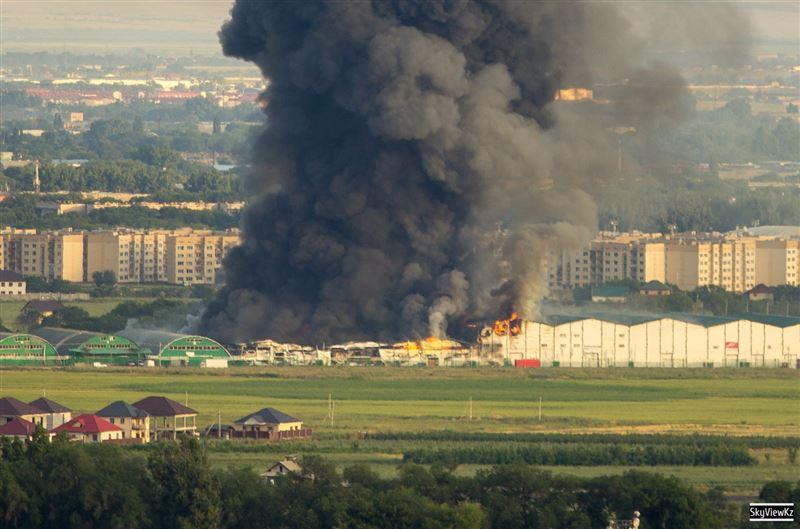 В Алматы локализовали пожар на складах