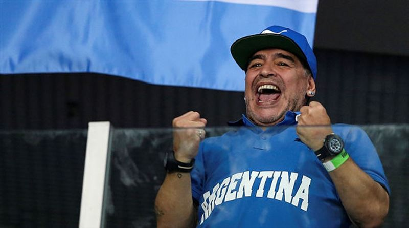 Марадона объявил награду за информацию о похоронившем его блогере