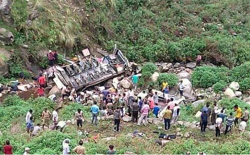 В Индии пассажирский автобус упал в пропасть: 48 погибших
