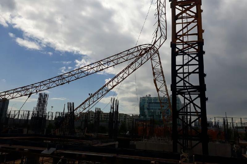 Астанада биік кран құлап кетті