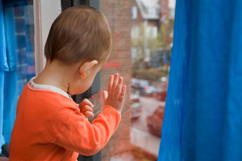 Врачи не спасли трехлетнего малыша, выпавшего из окна в Кокшетау