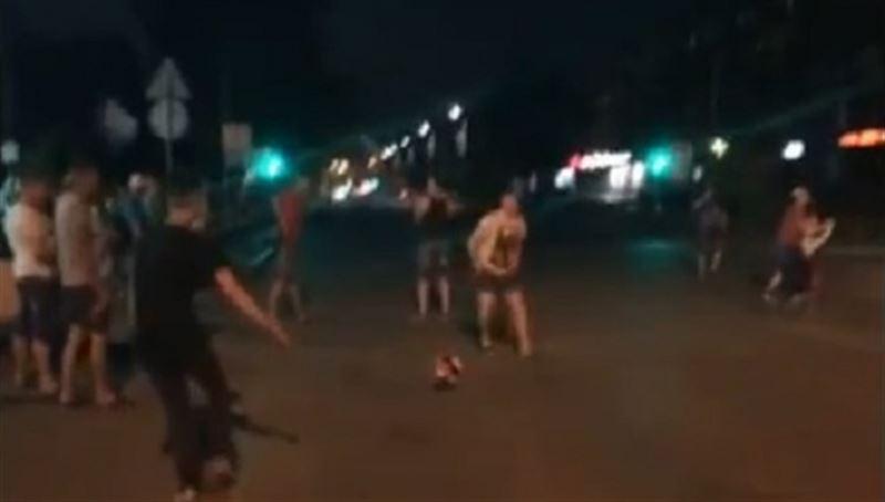 Автомобиль врезался в группу футбольных болельщиков в Копейске